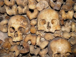 von Serge Melki from Indianapolis, USA (Catacombes Paris Uploaded by russavia) [CC-BY-2.0 (http://creativecommons.org/licenses/by/2.0)], via Wikimedia Commons